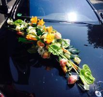 Composition florale linéaire pour une voiture de mariés.