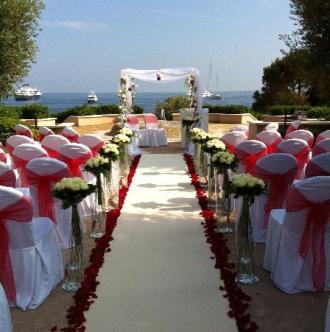 Décoration florale pour une bénédiction lors d'un mariage à l'extérieur.