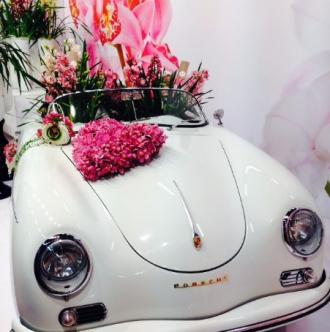 Décoration en forme de cœur pour  voiture de mariés.