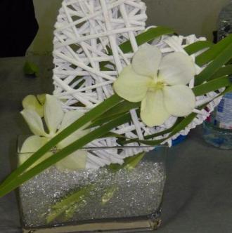 Composition florale en forme de coeur.