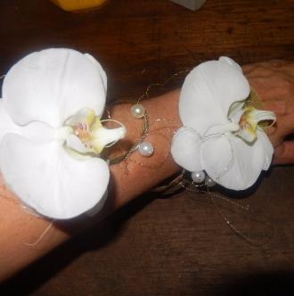 Un bracelet en fleurs comme accessoires de mariage.