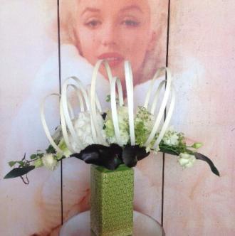 Bouquet linéaire et structuré en fleurs blanches