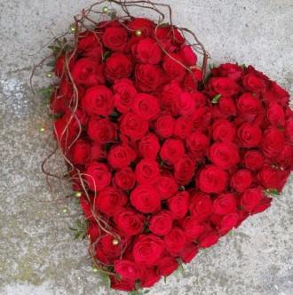 Composition florale tout en roses rouges pour un deuil.